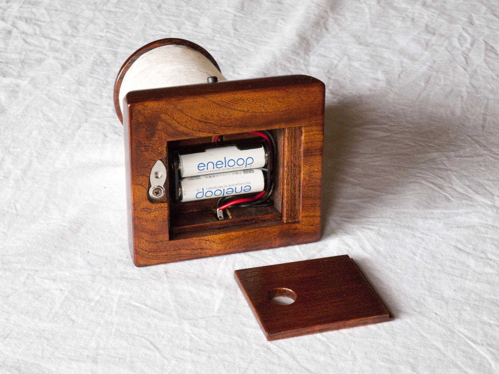 拭き漆欅テーブルライトの電池収納部(底部)の画像