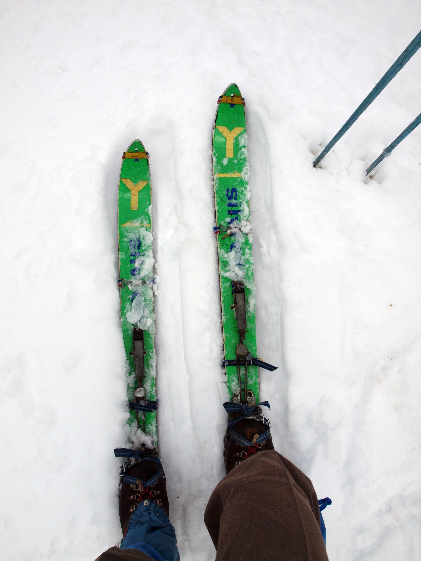 30年以上使った山スキーとシール。どちらもボロボロ!
